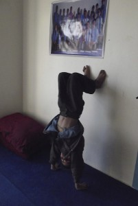 Nassim doing a pre class handstand, photo by Maya Evans
